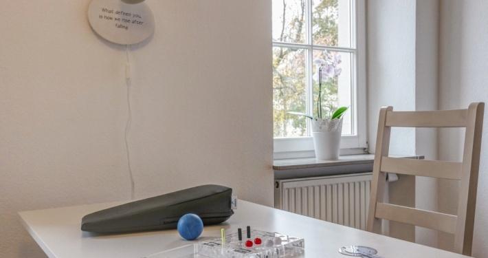 Handtherapieraum mit Handunterlage und Ergotherapieball