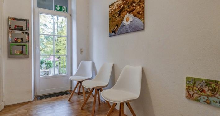 Warteraum mit Stühlen